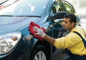 Человек подготавливает кузов своего бмв к дальнейшей продаже