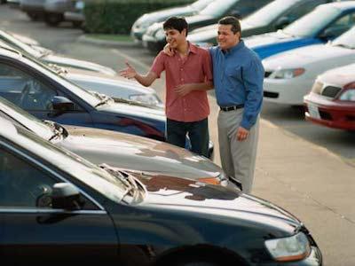 Отец с сыном радуются, что выставили свой автомобиль на продажу