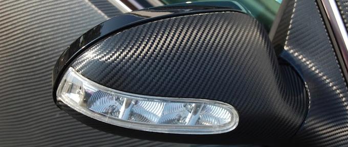 О том, как правильно обтянуть автомобиль карбоновой плёнкой самостоятельно и в специализированных центрах